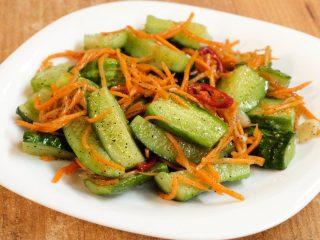 Малосольные огурцы с морковью по-корейски