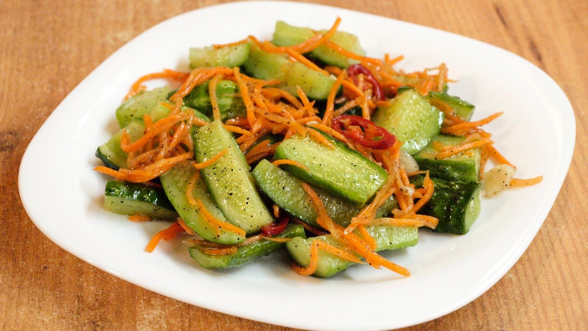 Возьмите терку для корейской моркови и натрите её длинной соломкой.