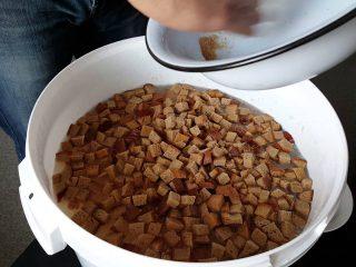 Подкормка огурцов хлебным настоем