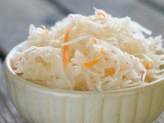 Маринованная капуста с чесноком, маслом и морковью