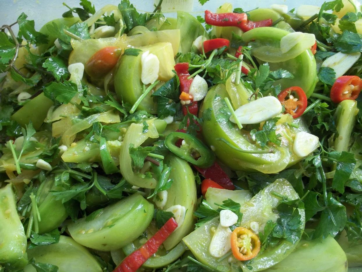 Квашеные зеленые помидоры с чесноком и зеленью