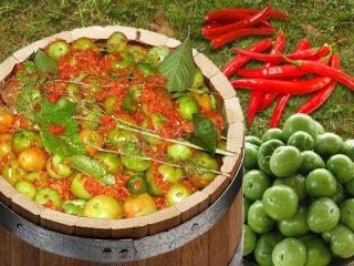 Зеленые помидоры бочковые в кастрюле
