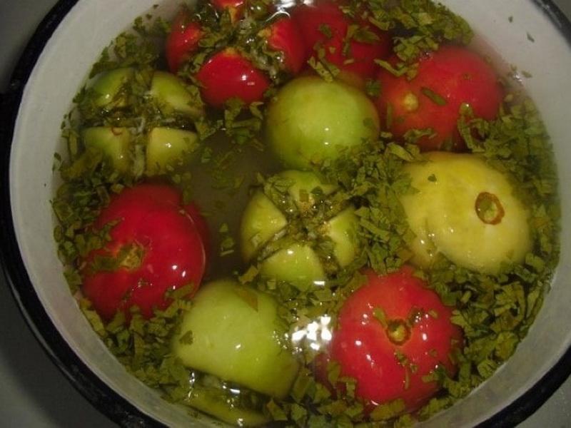 Квашеные зеленые помидоры в кастрюле быстрые