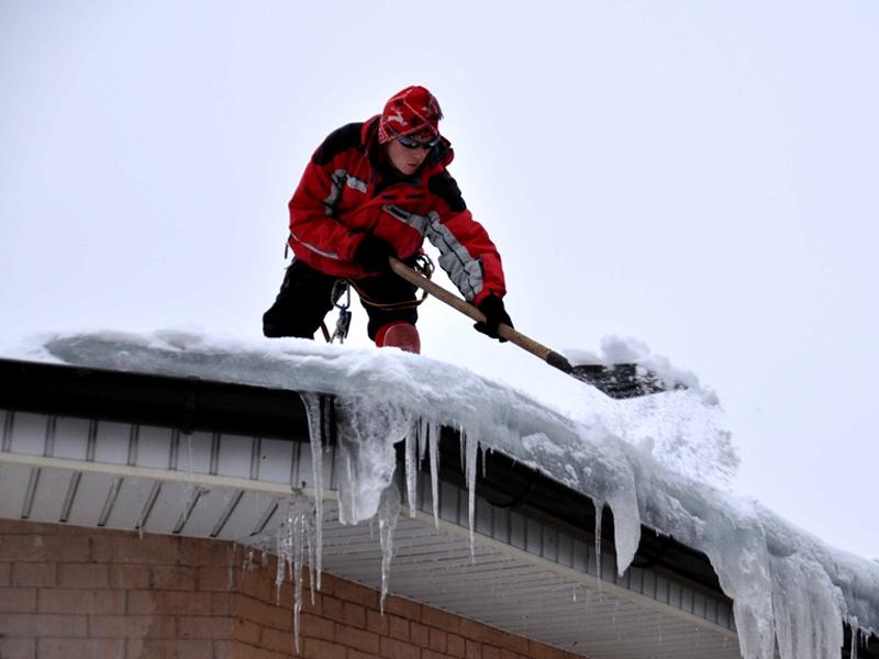 Уборка снега с крыши в томске