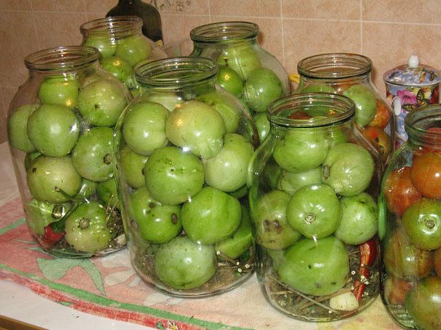 Засолка красных и зеленых помидор холодным способом на зиму в кастрюле, в ведре, с горчицей