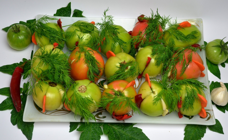 Засолка фаршированных зеленых помидор в кастрюле