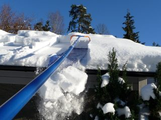 Телескопический скребок для уборки снега