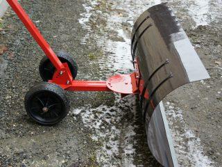 Скрепер на колесах для уборки снега
