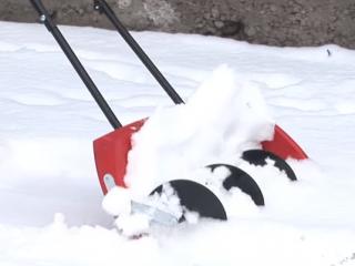 Как выбрать лопату для уборки снега на колесах