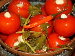 Маринованные с чесноком помидоры быстрого приготовления