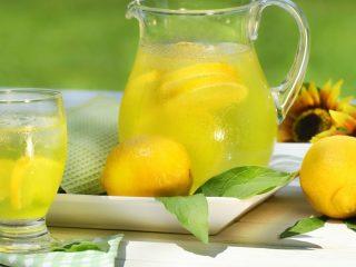 Теплая или горячая вода с лимоном