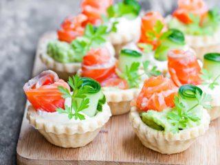Тарталетки с авокадо и креветками, сыром, рыбой