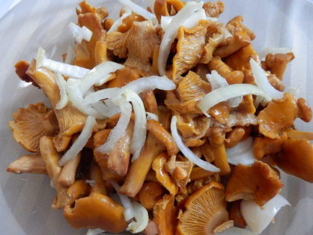 Жареные лисички с луком рецепты с яйцом, майонезом, морковью, калорийность