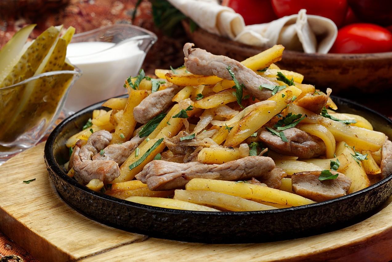 жареная картошка с мясом на сковороде картинки