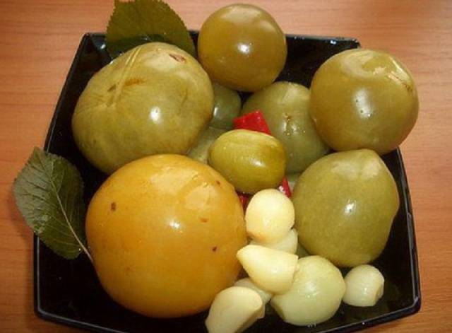 Зеленые помидоры быстрого приготовления с чесноком