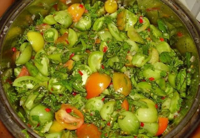 Салат из зеленых помидоров с чесноком
