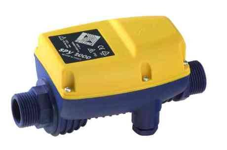 Простейшая автоматика 1 поколения <br />&#171;/></p><p>Иметь скважину на своем участке довольно выгодно, но чтобы осуществлять из нее забор воды понадобится любая помпа. Лучше всего для этих целей подходят погружные и поверхностные насосы. Чтобы упростить процесс забора воды, в системе водоснабжения используется автоматика для скважинного насоса, которую способен самостоятельно установить практически каждый хозяин.</p><p>Когда вода начнет течь равномерно без примесей воздуха, кран закрывают и смотрят на манометр. Обычно реле уже идет отрегулировано на верхний параметр давления воды – 2,8 атм., и нижний предел – 1,5 атм. Если манометр показывает другие данные, реле необходимо отрегулировать винтами, стоящими внутри корпуса.</p><blockquote><p>Полезно знать: На видео рассказывают, как выбрать насос и какие бывают модели:</p></blockquote><h2><span class=