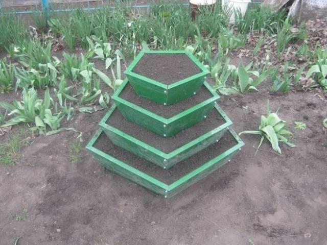 Пирамида для клубники из покрышек